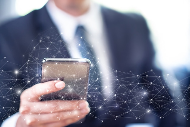 Homem de negócios usando smartphone com conexão à rede cibernética global