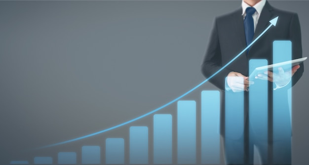 Homem de negócios usando tablet digital na mão. ideia de negócio