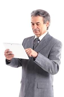 Homem de negócios usando um computador tablet - isolado sobre um fundo branco