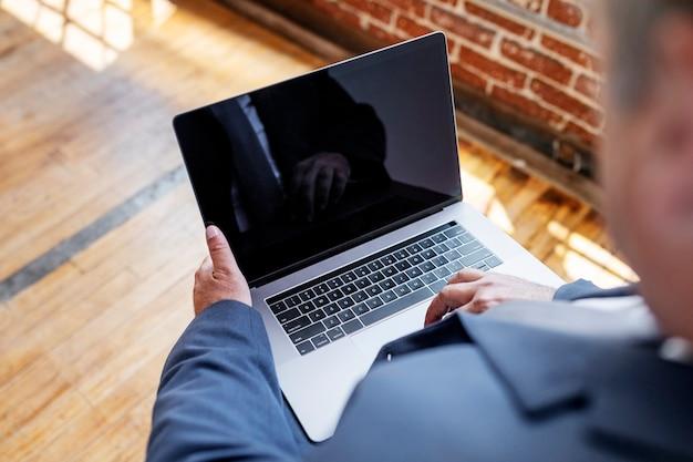 Homem de negócios usando um laptop com um design de tela
