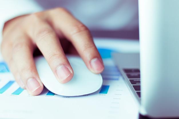 Homem de negócios usando um mouse trabalhando no computador portátil