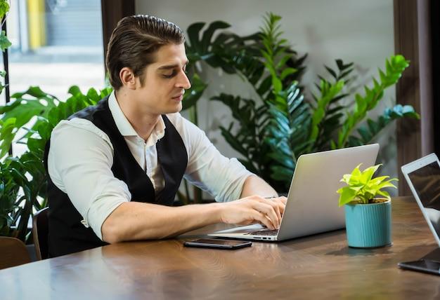 Homem de negócios usando um notebook digital para discutir informações no escritório.