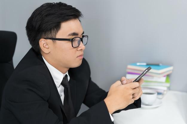 Homem de negócios usando um smartphone