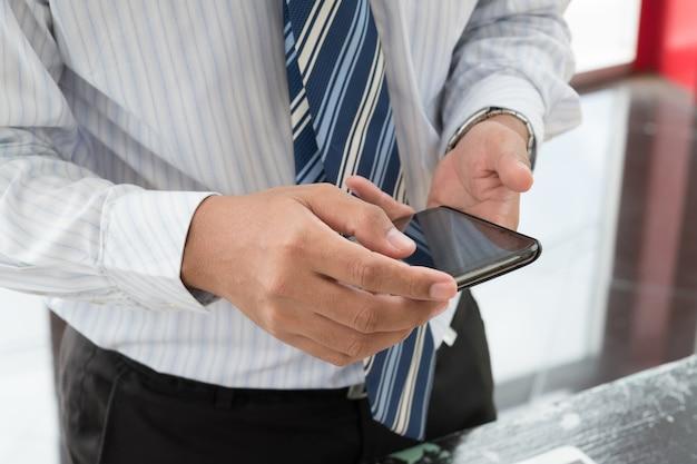 Homem de negócios usar um smartphone