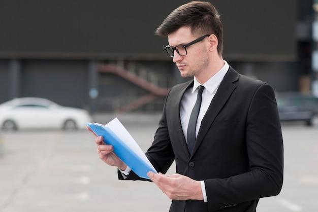 Homem de negócios, verificação de documentos
