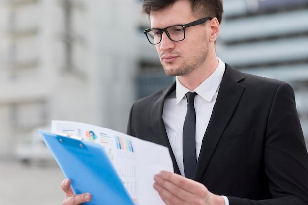 Homem de negócios, verificando a área de transferência