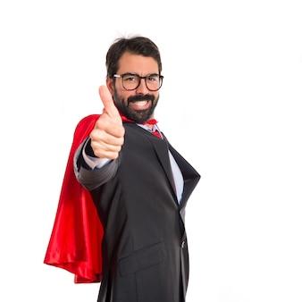 Homem de negócios vestido como super-herói com o polegar para cima
