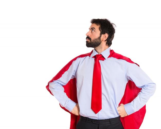 Homem de negócios vestido como super-herói orgulhoso de si mesmo