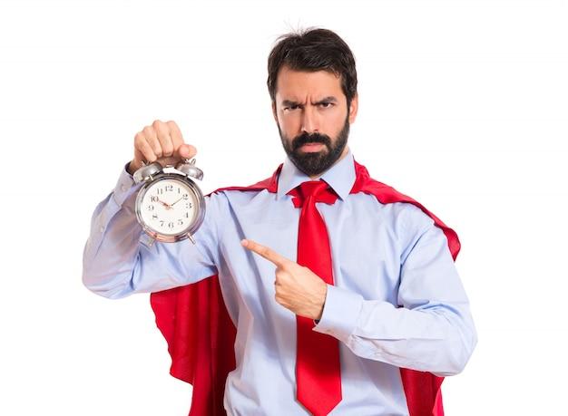 Homem de negócios vestido como super-herói segurando um relógio