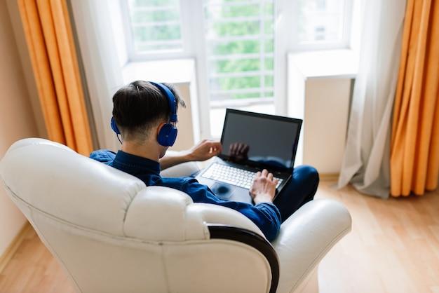 Homem de negócios vestido de camisa com videochamada no computador do escritório em casa, isolamento