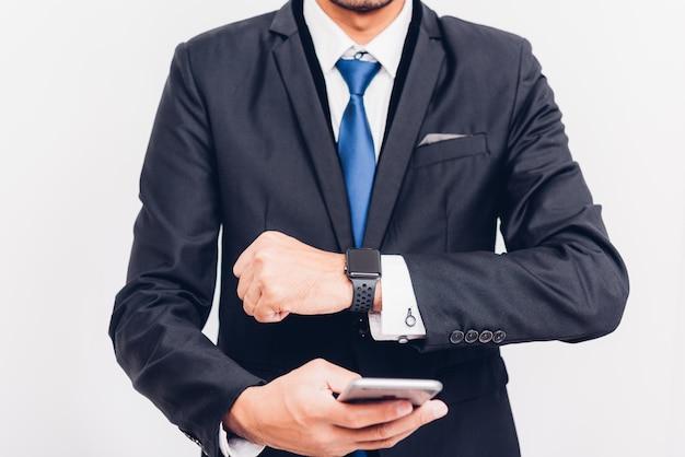 Homem de negócios wearable relógio inteligente na mão e ele é sincronizar smarteatch para smartphone,