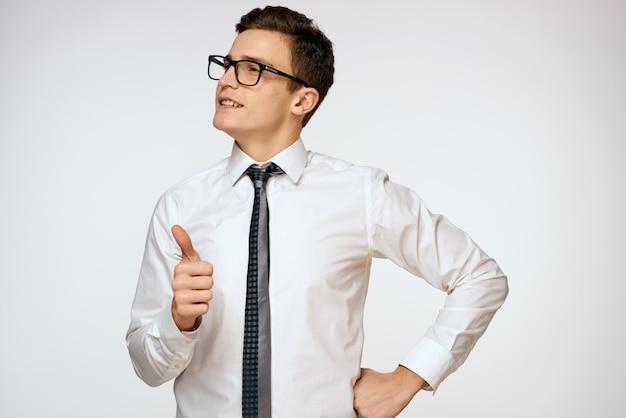 Homem de óculos e gravata, professor
