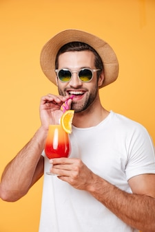 Homem de óculos escuros segurando cocktail