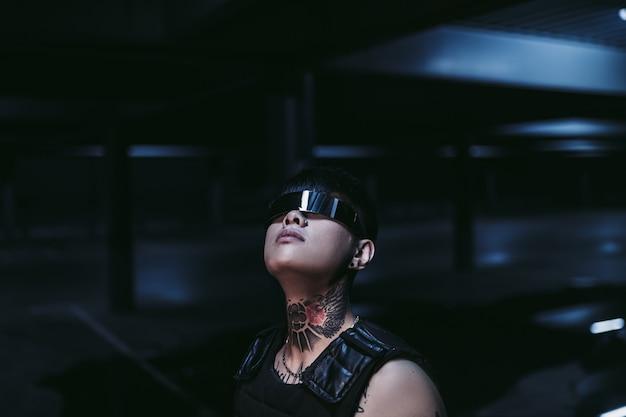 Homem de óculos especiais olha para a luz. o conceito de futuro.
