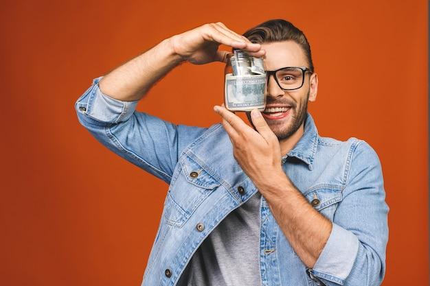 Homem de óculos posando em estúdio