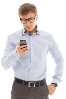 Homem de óculos, segurando um telefone