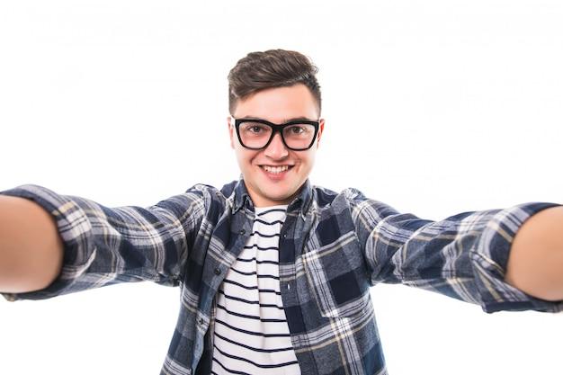 Homem de óculos transperent pretos, tirando uma selfie de ambas as mãos