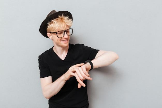 Homem de óculos usando o relógio.