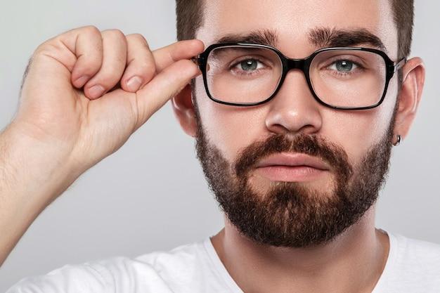 Homem de óculos