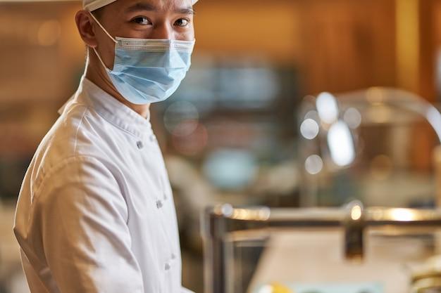 Homem de olhos castanhos trabalhando como chef em um restaurante