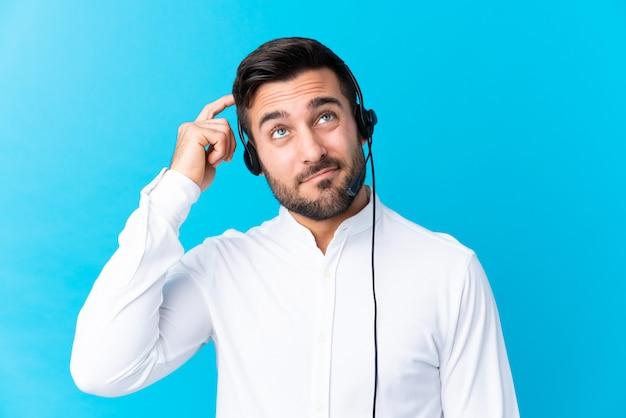 Homem de operador de telemarketing