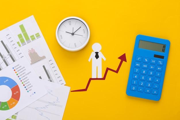 Homem de papel com seta de crescimento, gráficos e tabelas, calculadora. símbolo de sucesso financeiro e social, escada para o progresso