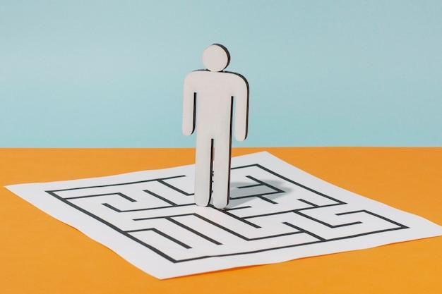 Homem de papelão no papel com quebra-cabeça