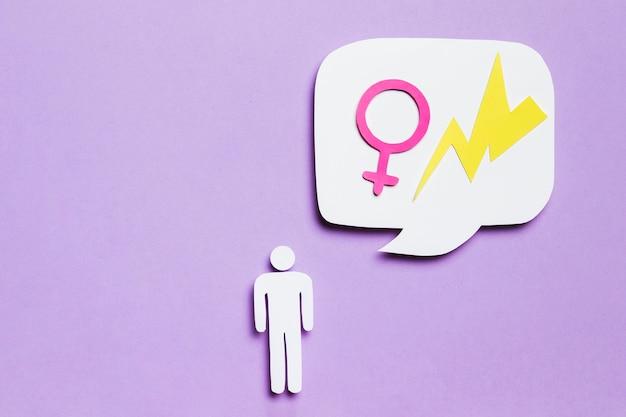 Homem de papelão pensando em mulheres e poder