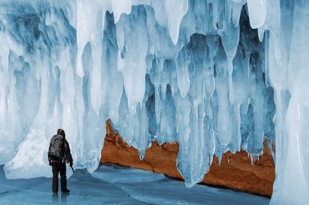 Homem de pé vista traseira pela rocha coberta de gelo, lago baikal