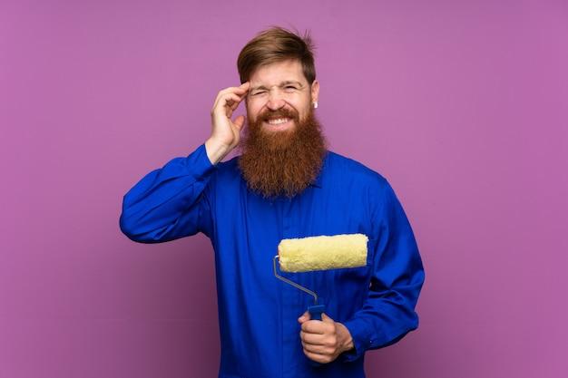 Homem de pintor com barba longa sobre fundo roxo isolado