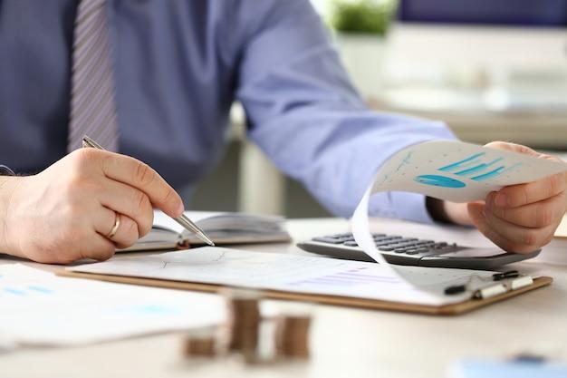 Homem de relatório de imposto financeiro que calcula as despesas de iva