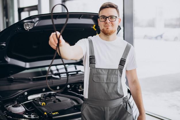 Homem de reparos fazendo serviço de carro