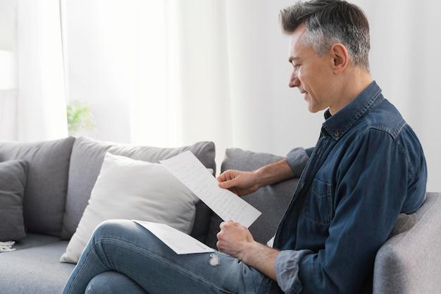 Homem de retrato lendo carta