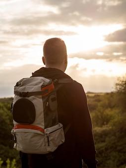 Homem de retrato viajando
