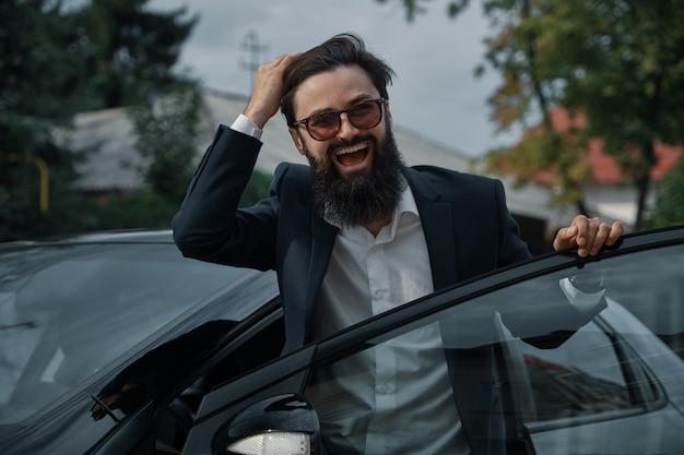 Homem de riso considerável do retrato