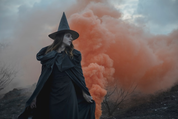 Homem de roupas witchy com lanterna, olhando para longe