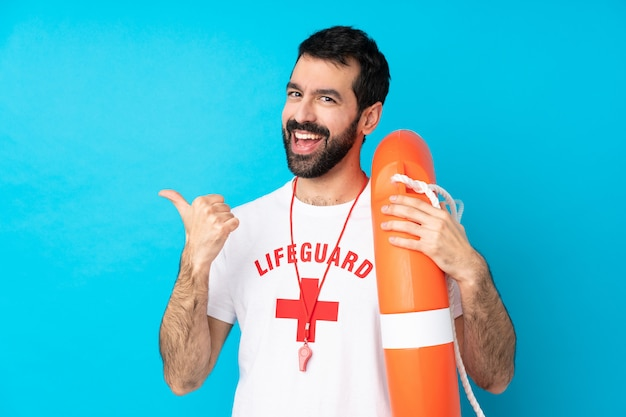 Homem de salva-vidas com polegares para cima gesto e sorrindo