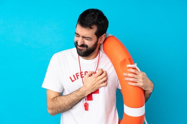 Homem de salva-vidas com uma dor no coração