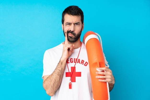 Homem de salva-vidas e olhando de frente