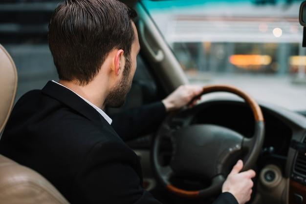 Homem de segurança de alto ângulo de condução