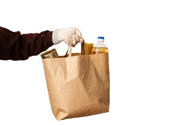 Homem de serviço de entrega de comida inteligente entregando comida fresca ao destinatário e ao cliente conceito de compras online