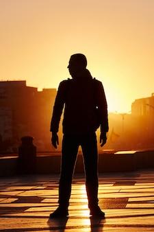 Homem de silhueta ao pôr do sol no inverno, casablanca