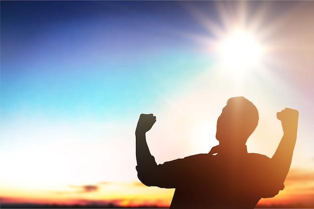 Homem de silhueta feliz com as mãos se levanta na bela.