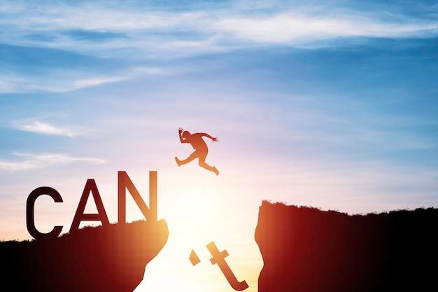 Homem de silhueta pulando de um penhasco em um penhasco, conceito de mudança de mentalidade.