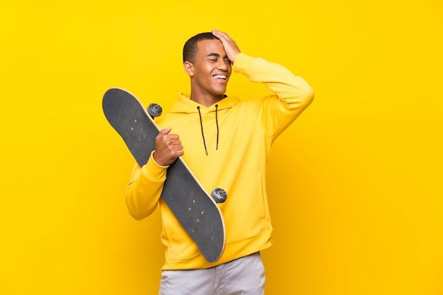 Homem de skatista americano africano percebeu algo e pretendendo a solução