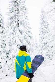 Homem de snowboard no espaço da cópia de equipamento de esqui