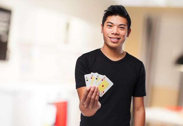 Homem de sorriso com dinheiro em uma mão