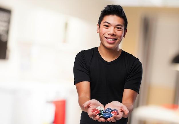Homem de sorriso com fichas de casino