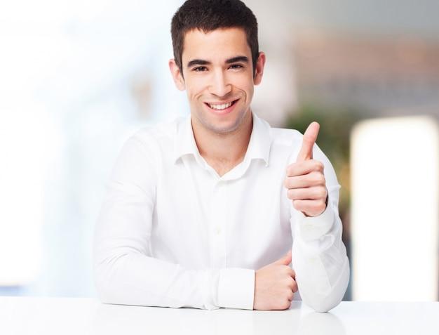 Homem de sorriso com o polegar para cima