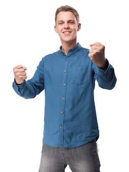 Homem de sorriso com punhos levantados